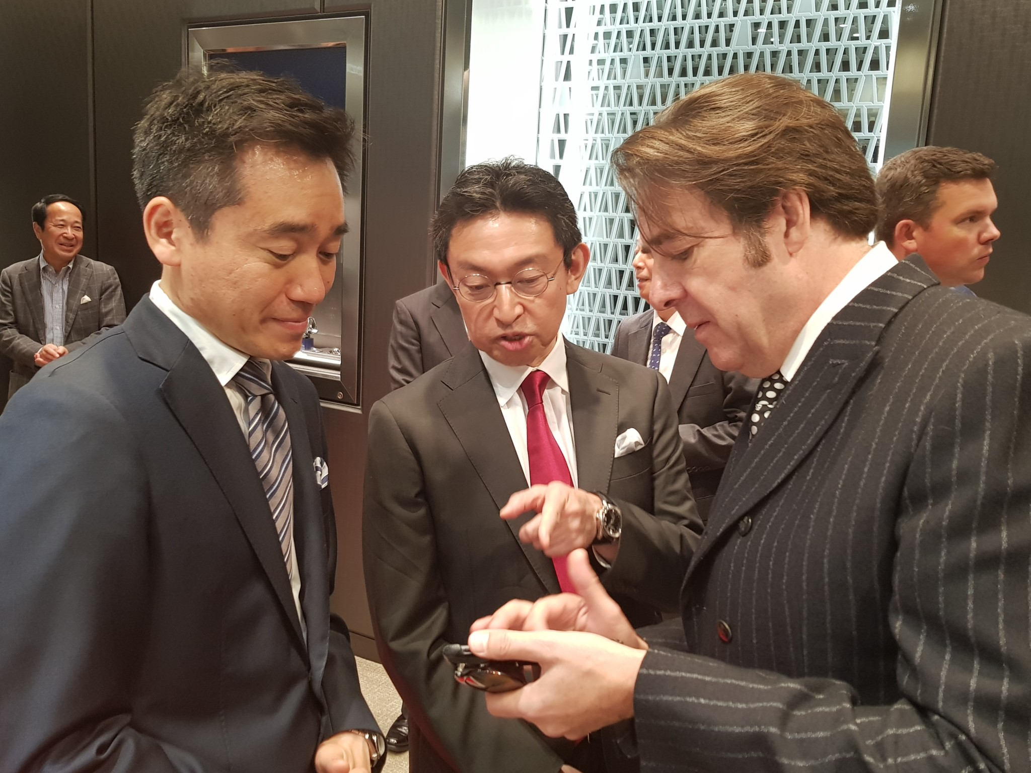 Kinya Iwami left) discuses Japanese culture with TV personality Jonathan Ross right).